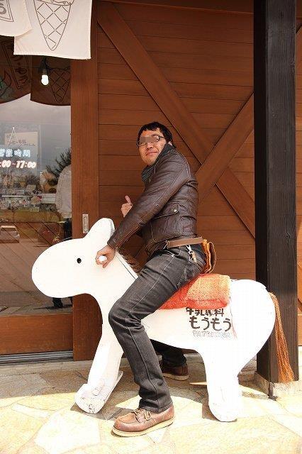 馬にまたがる