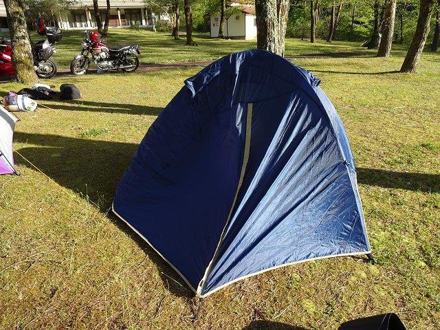 風で傾くテント