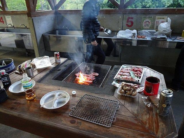 テーブルの上の肉