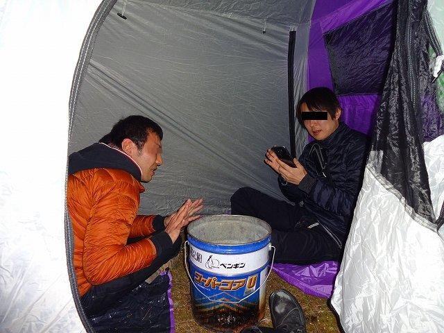 テントの中で暖をとる