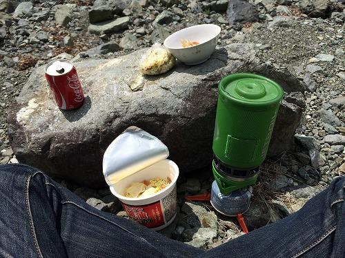 河原でカップラーメンを食べる