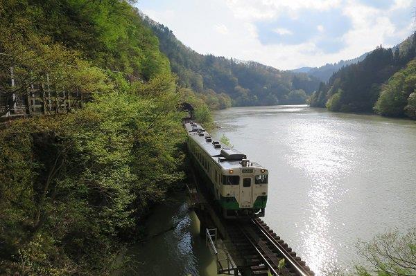 只見川とディーゼル車