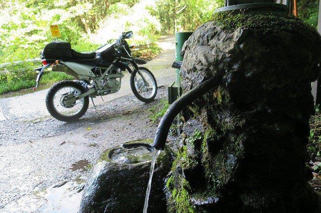 湧水とバイク