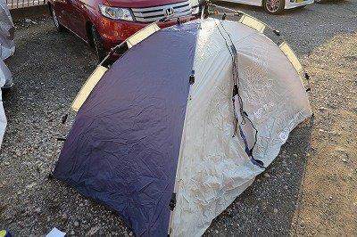屋外でテントを張る