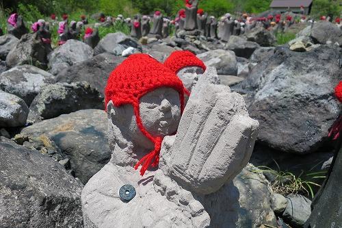 赤い帽子をかぶった地蔵