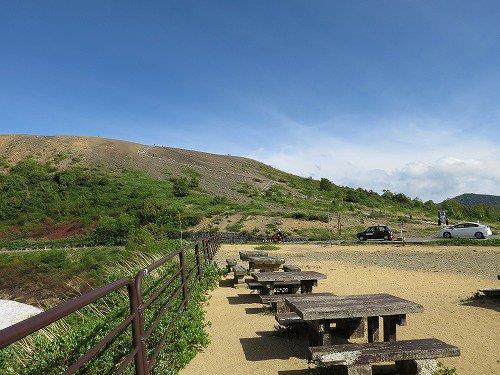 小高い山と休憩所