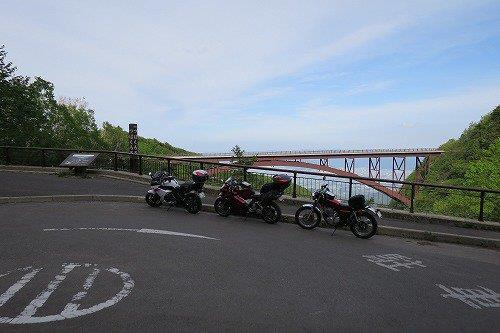 陸橋とバイク
