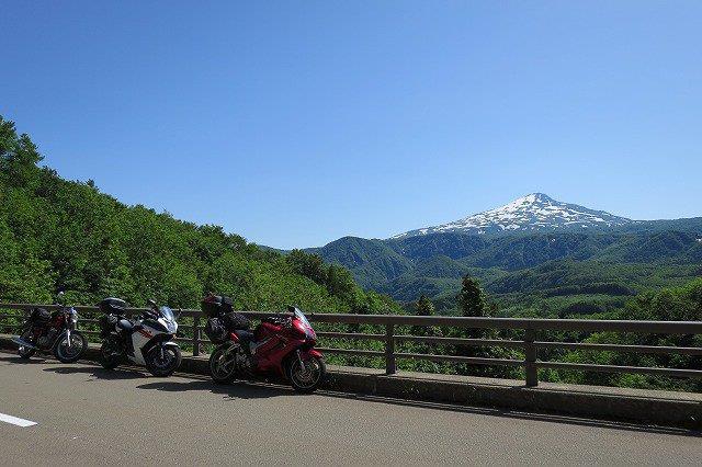 鳥海山とバイク