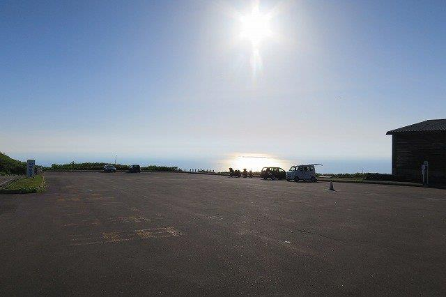 駐車場と日本海と太陽