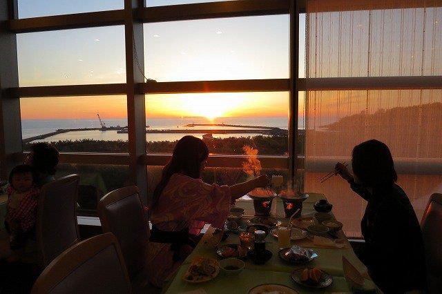 食事をしながら夕日を見る