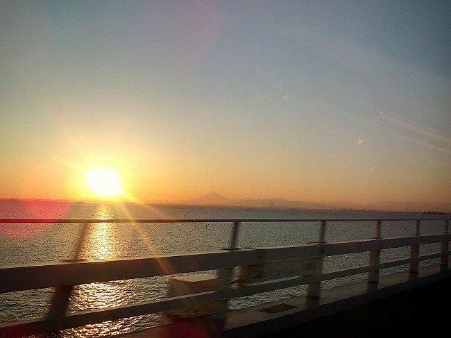 東京湾と夕日と富士山