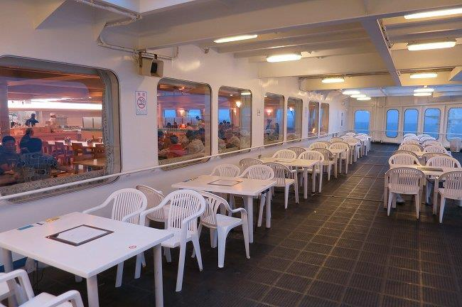 船外のテーブル