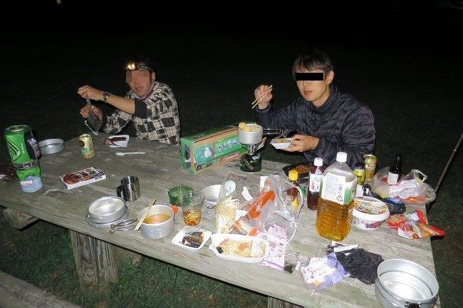 夕食を食べる3人