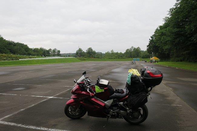 バイクにテントを乗せる