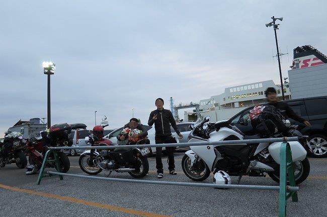 フェリー前で記念撮影する3人