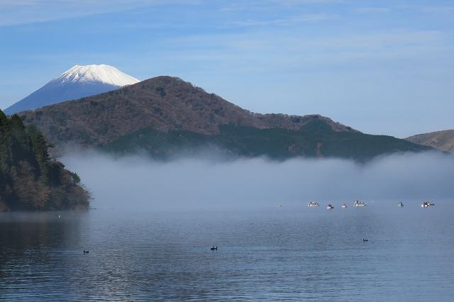 かすみがかる湖と富士山
