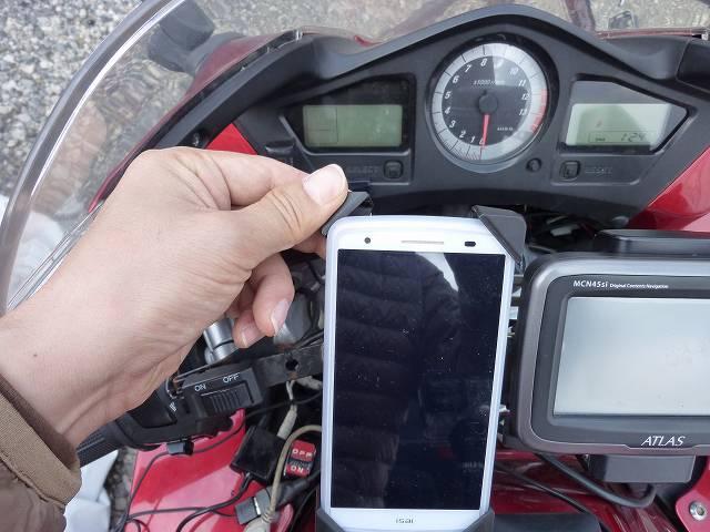 スマホをバイクのハンドルに取り付け
