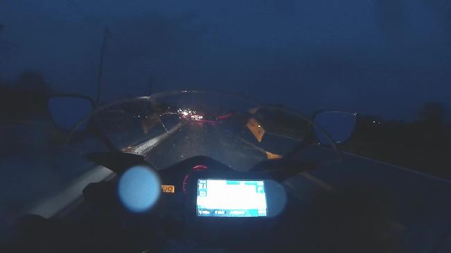 雨の高速を走る