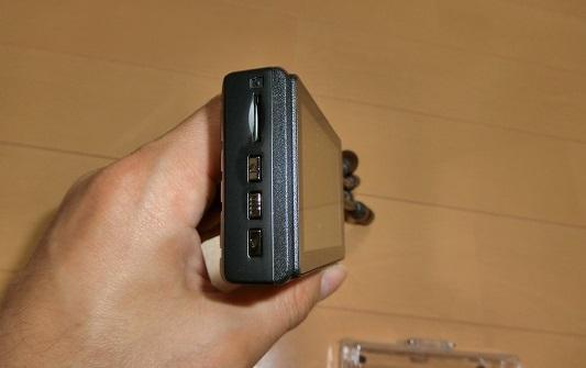 側面のMicroSDカードスロットとボタン